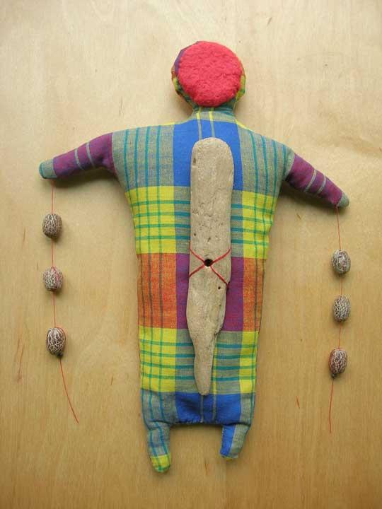 Equilibre. textiles, perles et bois. 29 cm env.
