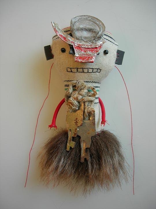 amulette 329 - textiles, perles & trouvailles (à rendre sur réclamation)