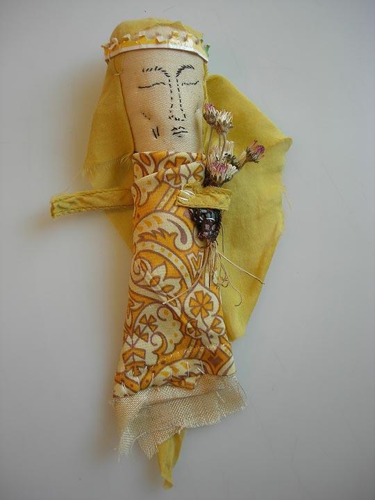 amulette 331 - textiles et fleurs séchées.
